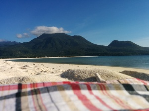 El volcán Hibok Hibok, en el medio, desde la isla de White beach.