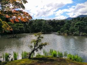 Lago frente al templo dorado
