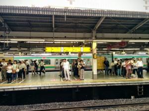 Esperando el tren sin salirse de la fila