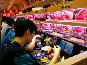 Restaurante en el que solo sirven sushi. Utilizan un muy curioso sistema gracias al cual a los clientes la comida les llega en unas pequeñas bandejas que van sobre raíles.