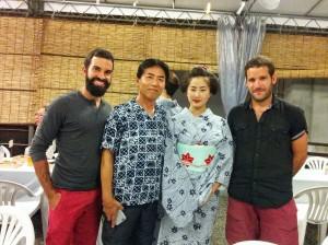 De derecha a izquierda: Ander, una aprendiz de geiko, Kato y yo.